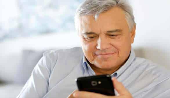 Smartphones für Senioren ©iStockphoto/Goodluz